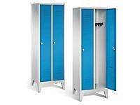 Garderobekast met blauwe deuren
