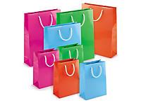 Lakpose i stærke farver